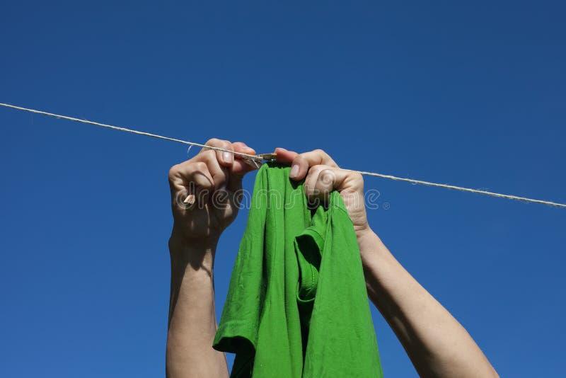 Übergibt hängende Kleidung. lizenzfreies stockfoto