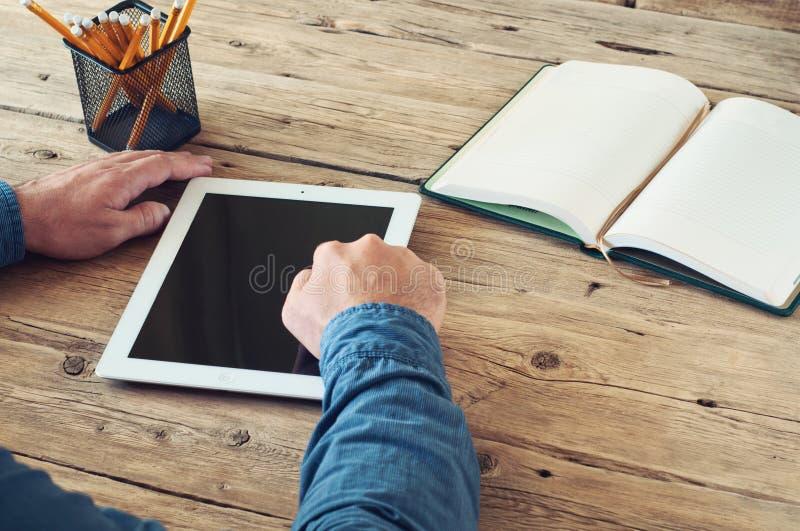 Übergibt Nahaufnahme eines Geschäftsmannes, der mit einem Tablet-Computer arbeitet lizenzfreie stockbilder