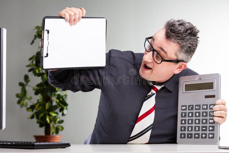 Überglücklicher Geschäftsmann, der seine Finanzen vorführt lizenzfreies stockbild
