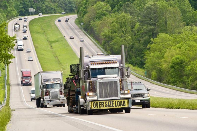 Übergroße Last, die hinunter Landstraße reist lizenzfreies stockbild