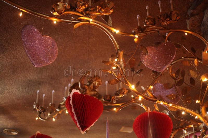 Übergroßer goldener Leuchter mit Valentine& x27; s-Tagesherzdekorationen am Madonna-Gasthaus lizenzfreie stockfotos