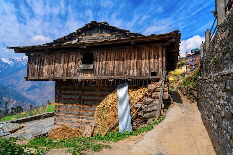 Überhängendes Tal des traditionellen Holzhauses im Himalaja, Indien stockfotos