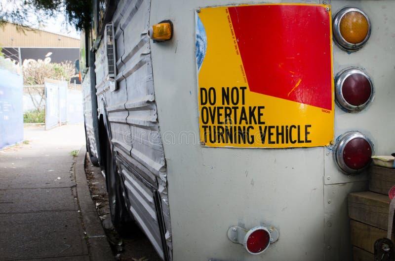 Überholen Sie nicht das Drehenfahrzeugzeichen, das hinter dem alten Weinlesebus befestigt wird lizenzfreie stockfotos