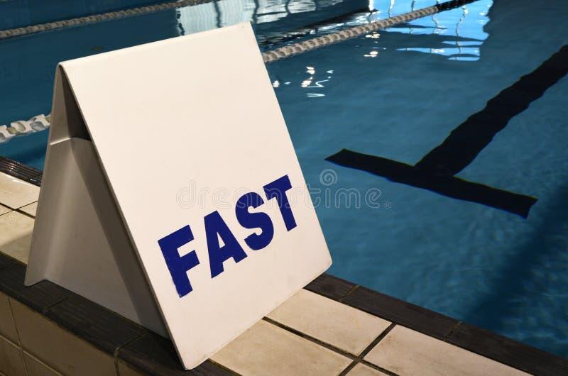Überholspur unterzeichnen herein Swimmingpool lizenzfreie stockfotos