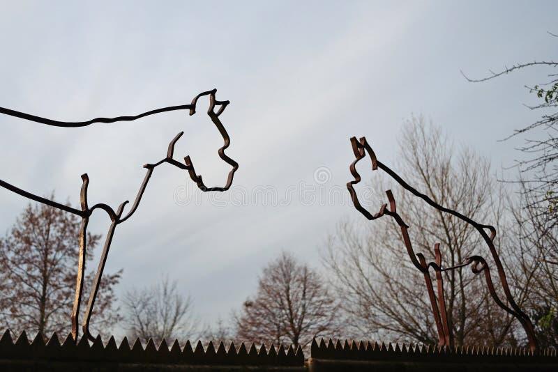 Überholte Eisenschattenbildskulpturen in Form der deutschen Boxerhunde mit den geernteten Ohren und den Endstücken, eine Praxis v lizenzfreies stockbild