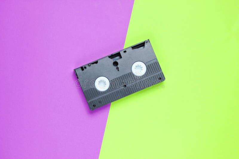 Überholtes Videoband auf einem Zweitonnen-Papierhintergrund lizenzfreie stockfotografie