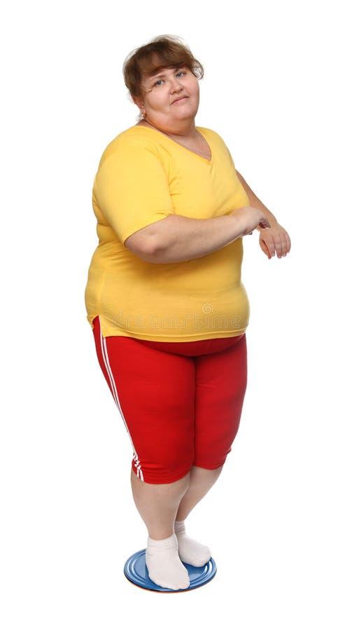 Überladene Frau auf gymnastischer Platte lizenzfreies stockbild