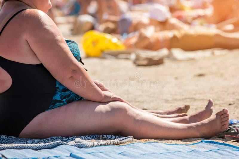 Überladene Frau im Badeanzug stockfotos
