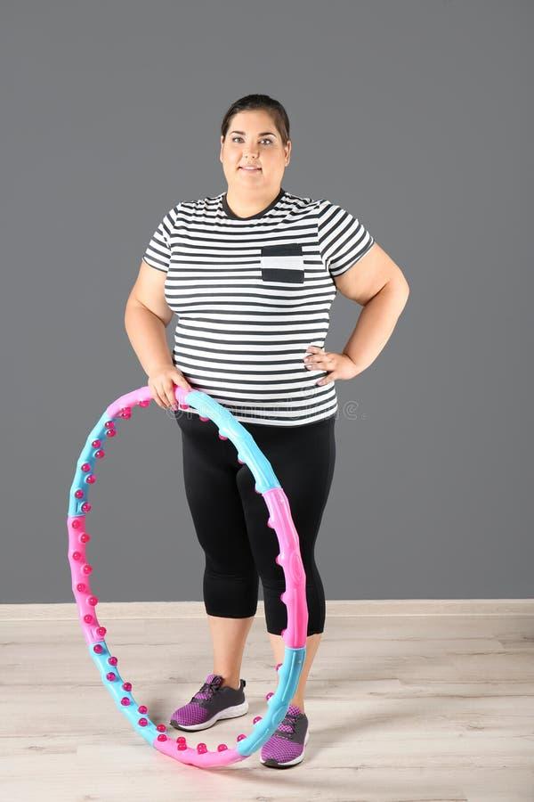 Überladene Frau mit hula Band lizenzfreies stockbild