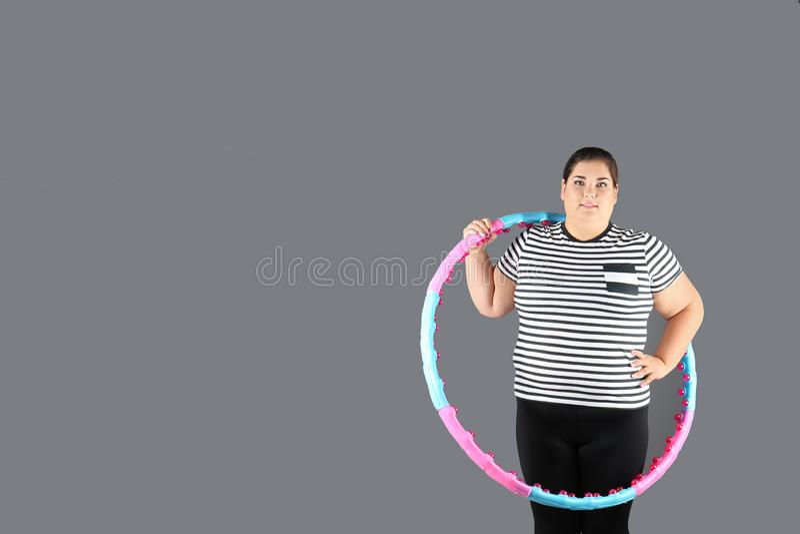 Überladene Frau mit hula Band lizenzfreie stockbilder