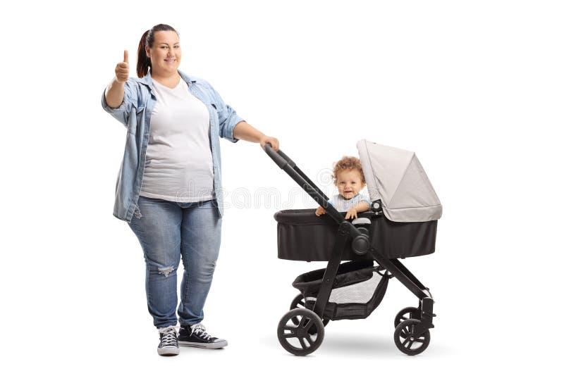 Überladene Mutter mit einem Spaziergänger, der die Daumen oben an lokalisiert zeigt stockfoto