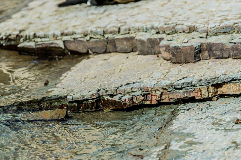 Überlagerte Steinplatten auf den Banken von einem Gebirgsfluss lizenzfreies stockfoto