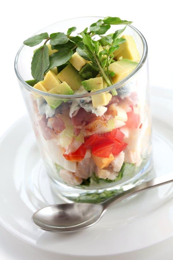 Überlagerter cobb Salat in einem Glascup stockfotos