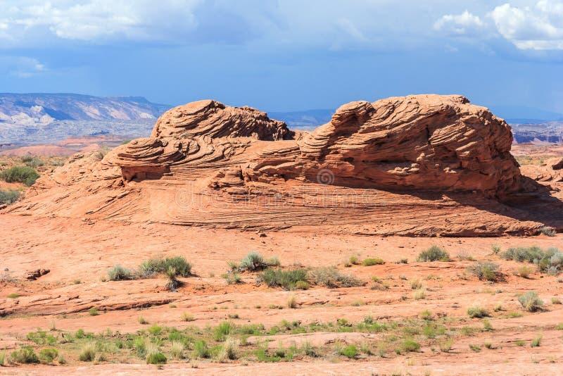 Überlagerter Felsen in der trockenen und trockenen Wüste um Glen Canyon National Recreation Area lizenzfreie stockfotos