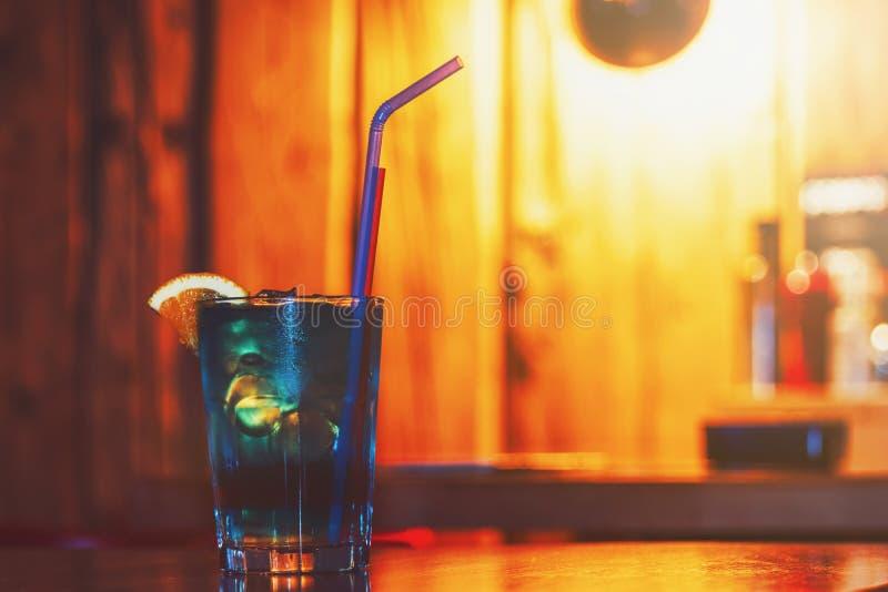 Überlagertes gefrorenes Glas des Cocktails auf Holztisch stockfoto