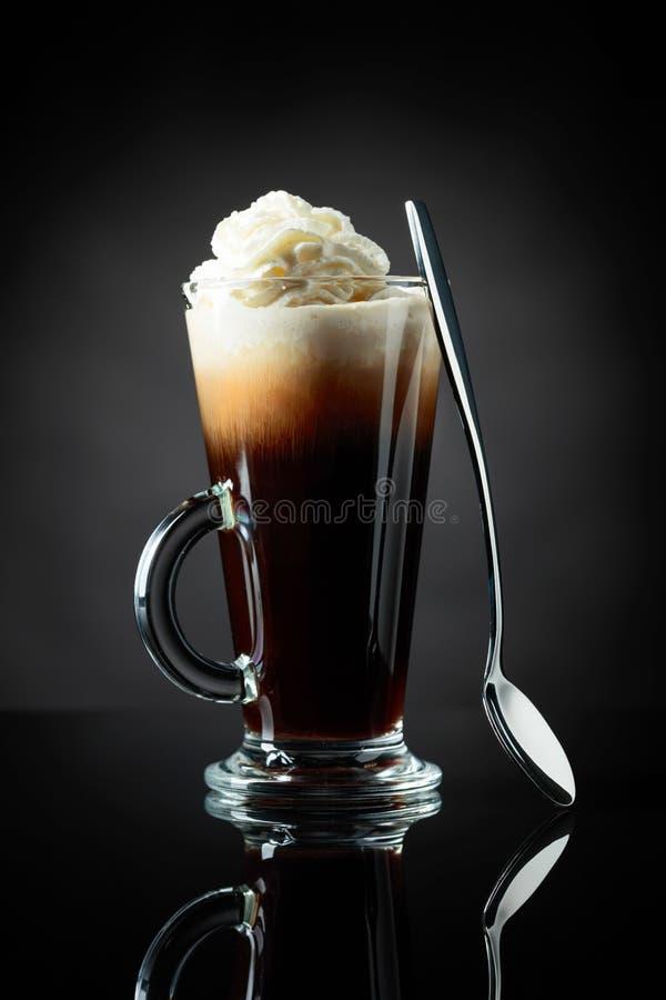 Überlagertes Kaffeecocktail mit Schlagsahne stockfotografie