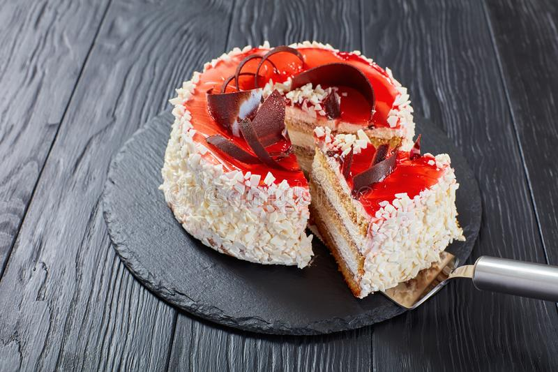 Überlagertes mit Sahne Käsekremeis des Schwammkuchens stockfotografie