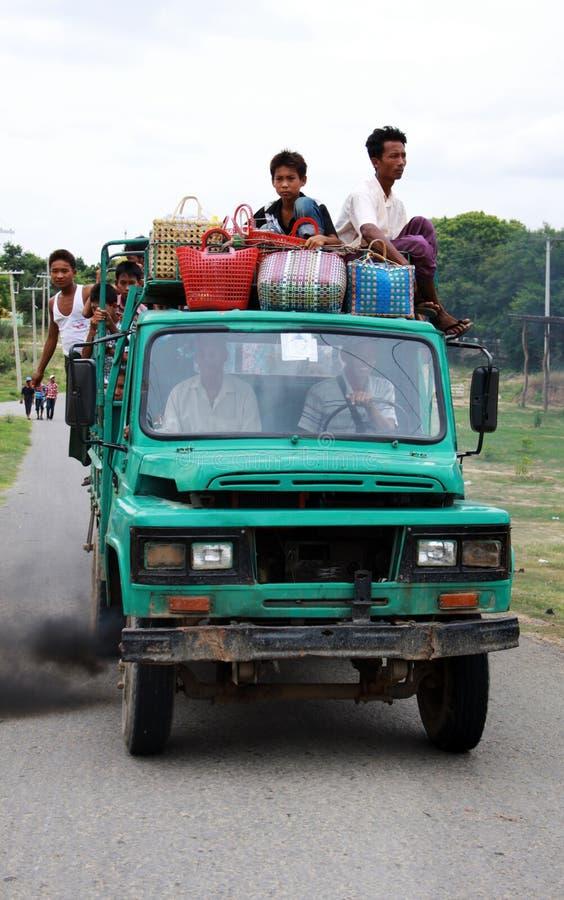 Überlastung und Verschmutzungsstoffauto auf Myanmar stockfoto