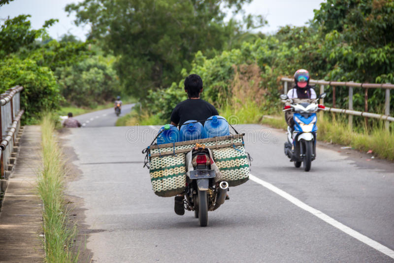 Überlastungsmotorradgeschwindigkeiten auf der Straße lizenzfreie stockfotografie