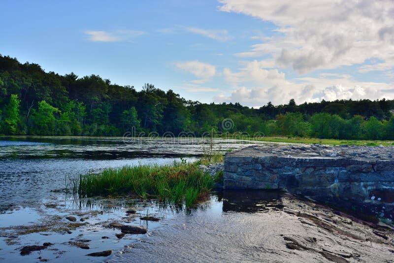 Überlauf bei Sterling Pond Dam lizenzfreie stockfotografie
