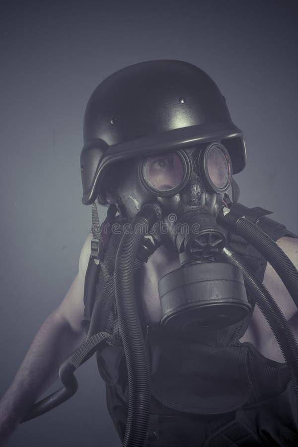 Überleben, Mann mit schwarzer Gasmaske, Verschmutzungskonzept und ecologi lizenzfreie stockfotografie