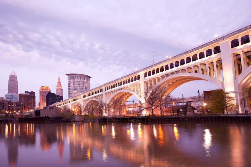 Überlegene Brücke Detroits über Cuyahoga-Fluss in Cleveland stockfoto