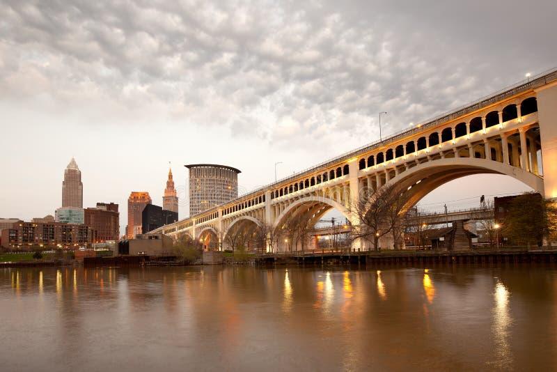 Überlegene Brücke Detroits über Cuyahoga-Fluss und im Stadtzentrum gelegene Skyline in Cleveland stockfoto