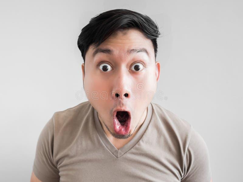 Übermäßig Schock- und Überraschungsgesicht des Mannes lizenzfreie stockfotografie