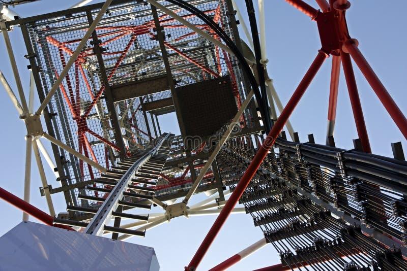 Übermittler auf Telekommunikationsturm stockbild
