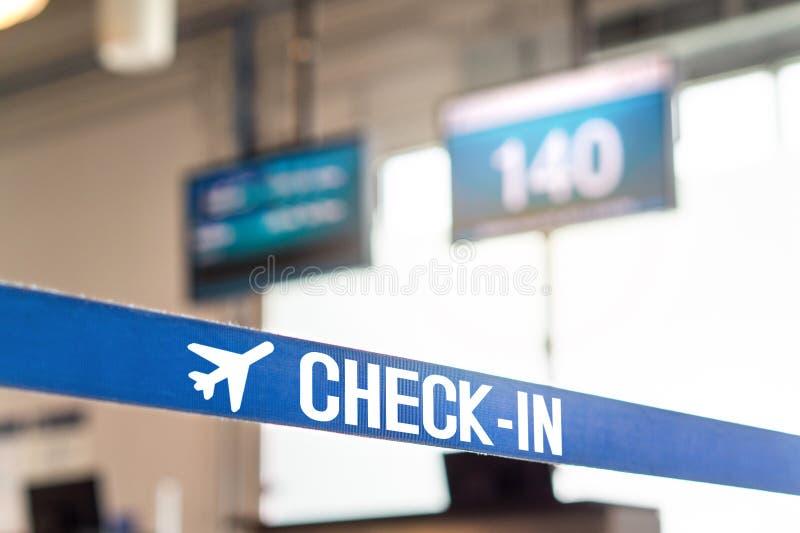 Überprüfen Sie herein Schreibtisch am Flughafen lizenzfreie stockfotos