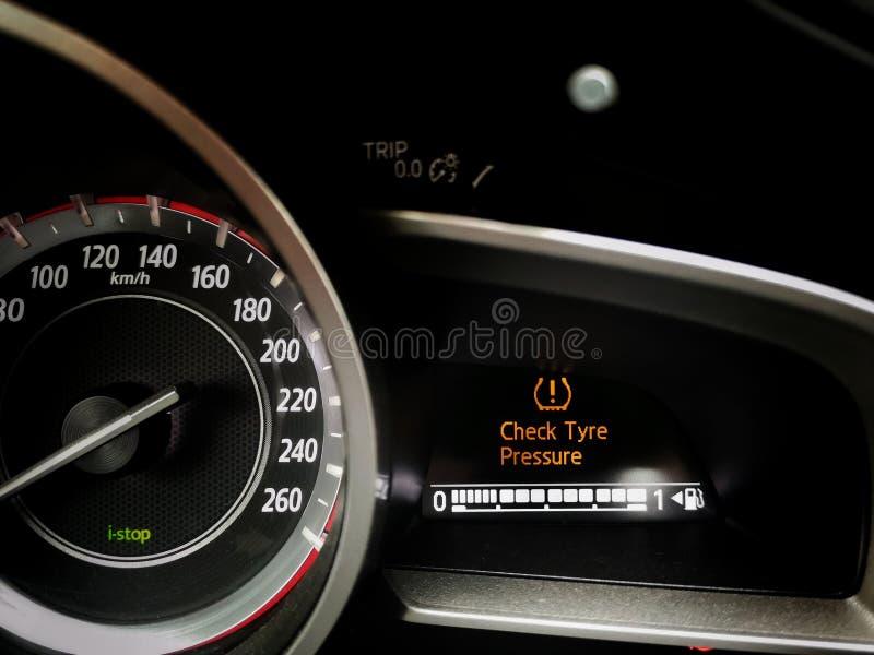 Überprüfen Sie Reifen-Druck-Armaturenbrettwarnung stockfotografie