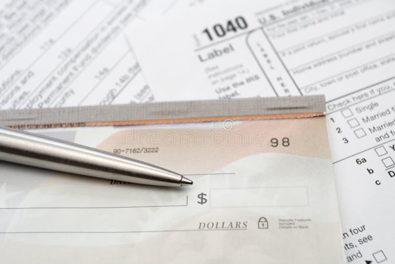 Überprüfen Sie und versilbern Sie Feder mit Steuerformular stockbild