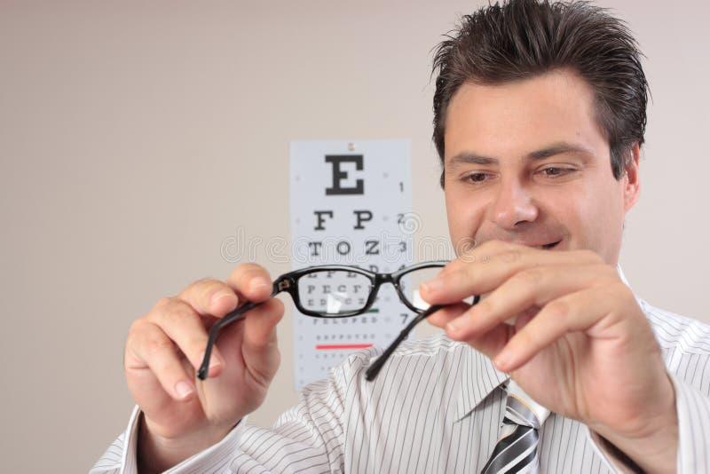 Überprüfenaugengläser des Optometrikers lizenzfreies stockbild