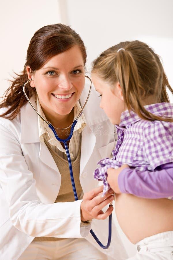 Überprüfenkind des weiblichen Doktors mit stetoscope stockbild