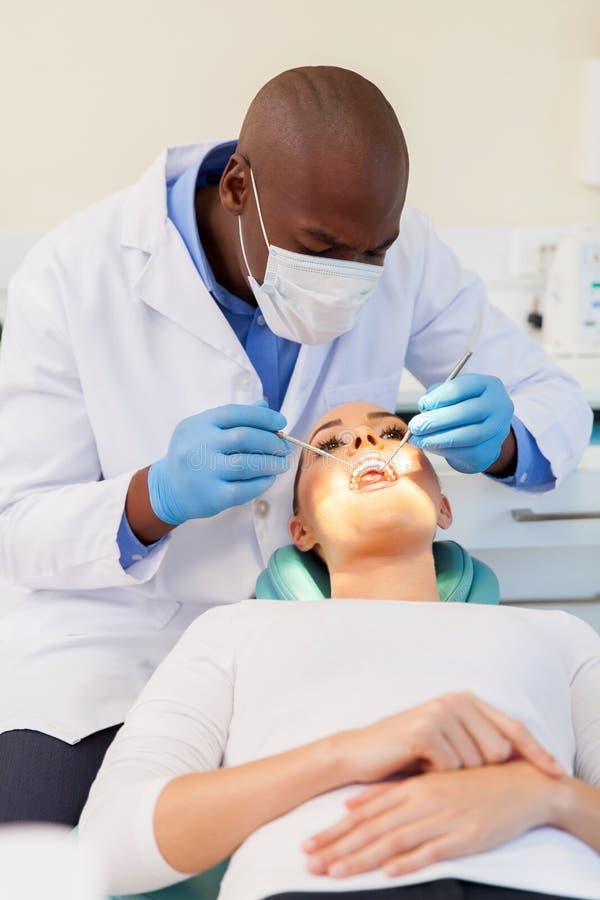 Überprüfenpatient des Zahnarztes stockbild