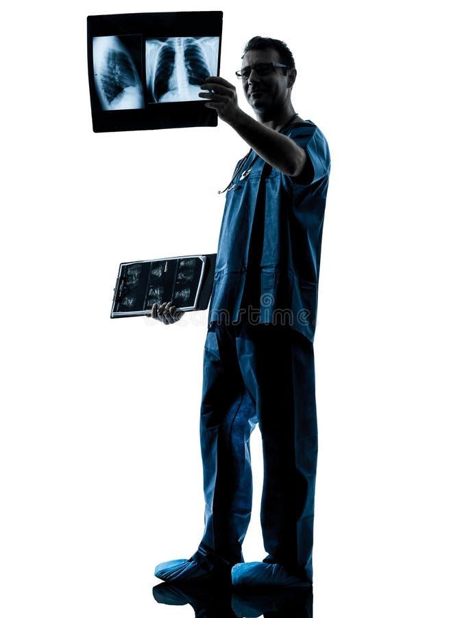 Überprüfenröntgenstrahlbild des Doktorchirurgradiologeen stockfotos