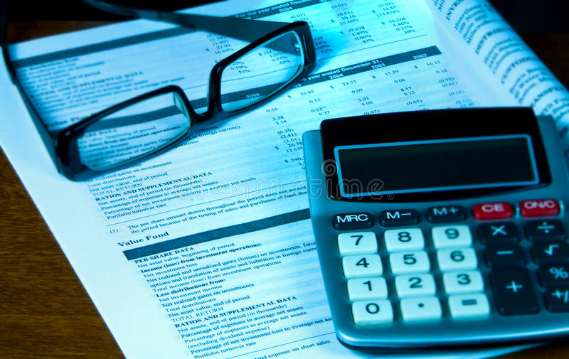 Überprüfung des 401k vom vierteljährlichen Report. lizenzfreies stockfoto