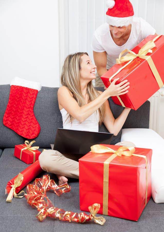 Überraschen Sie Ihren Partner mit dem perfekten Geschenk stockbild