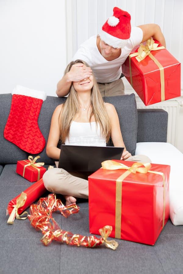 Überraschen Sie Ihren Partner mit dem perfekten Geschenk lizenzfreie stockbilder