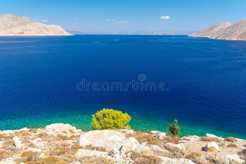 Überraschende Ansicht über azurblaues Ägäisches Meer von symi Insel, Dodecanese, Griechenland lizenzfreie stockfotos