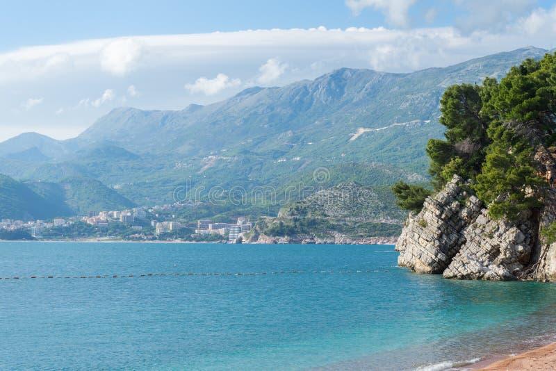 Überraschende Ansicht über das adriatische Meer und die Berge von Montenegro Felsige Klippe im sauberen Türkiswasser im Strand vo stockbilder
