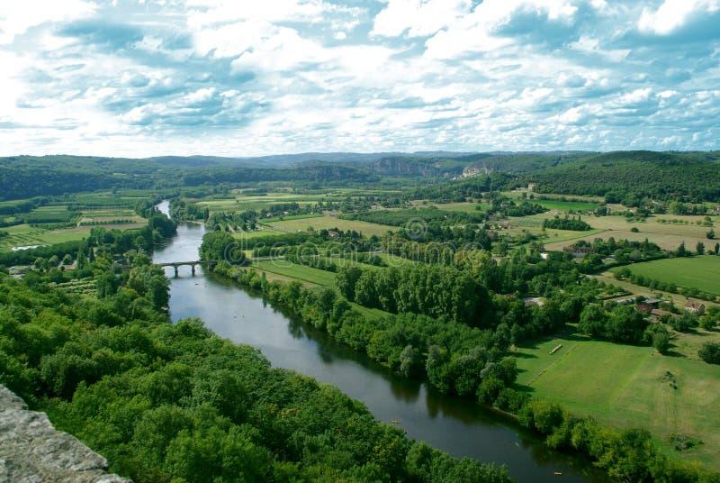 Überraschende Ansicht über Dordogne-Fluss und grüne Hügel vom Hoch lizenzfreie stockfotografie
