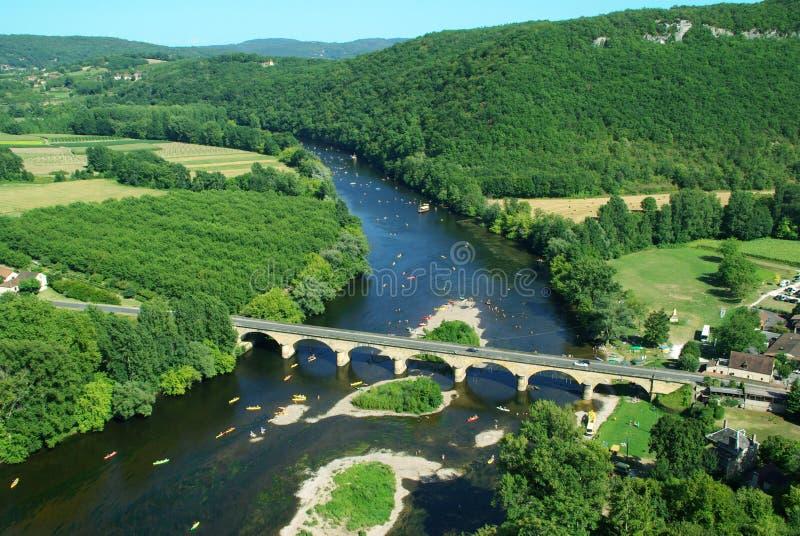 Überraschende Ansicht über Dordogne-Fluss und grüne Hügel vom Hoch stockfotografie