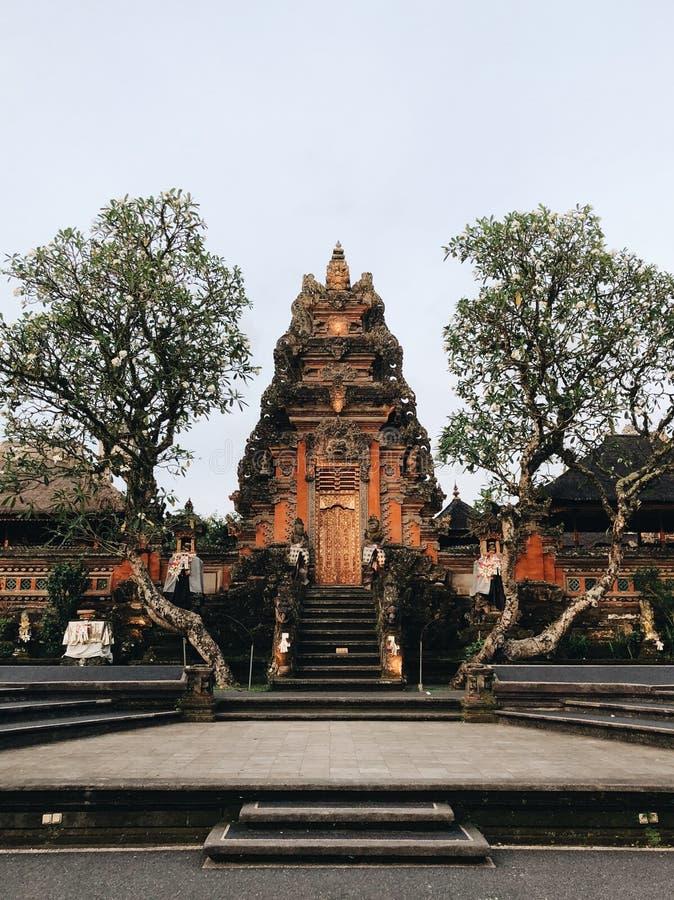 Überraschende Ansicht von Pura Saraswati Hindu-Tempel in Ubud, Bali, Indonesien lizenzfreie stockbilder