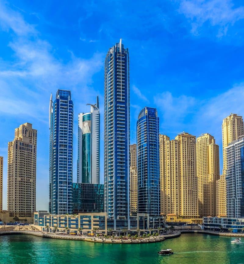 Überraschende Ansicht von Wohn- und des Geschäfts Skylinen Dubais Marina Waterfront Skyscraper, in Dubai-Jachthafen, Arabische Em stockfotos