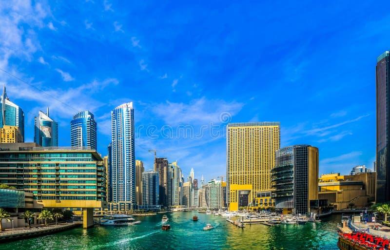 Überraschende Ansicht von Wohn- und des Geschäfts Skylinen Dubais Marina Waterfront Skyscraper, in Dubai-Jachthafen, Arabische Em stockfoto
