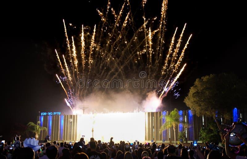 Überraschende bunte Feuerwerke am Unabhängigkeitstag über Rathaus des Bieres-Sheva Auf der linken Seite schriftlich Bier-Sheva im stockfotografie