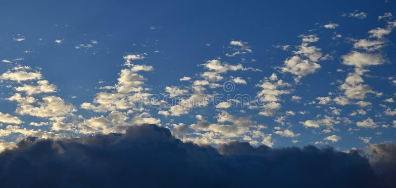 Überraschende Dämmerung mit tiefen Wolken stockbild