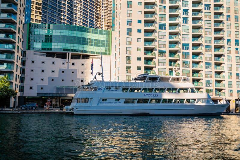 Überraschende einladende Ansicht des Kreuzschiffs, Boot, das auf ihre Passagiere in der Bucht in Toronto-Ufergegend steht und war lizenzfreie stockbilder