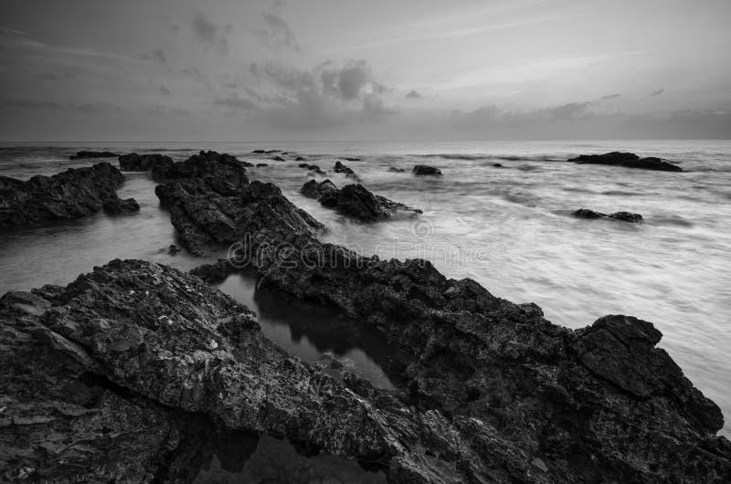 Überraschende Felsformationen an Pandak-Strand, Terengganu in der einfarbigen Schwarzweiss-Technik der schönen Kunst  Natur stockfoto